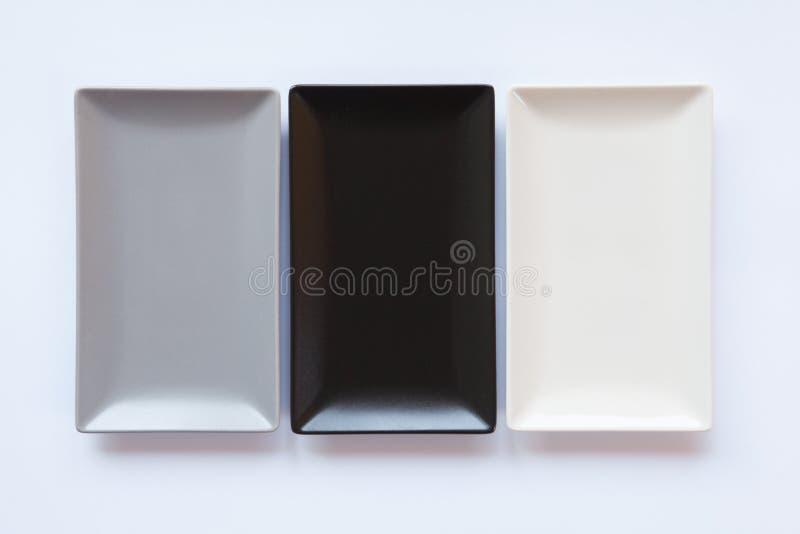 Pratos cerâmicos diferentes sobre sobre o fundo branco, imagem de stock royalty free