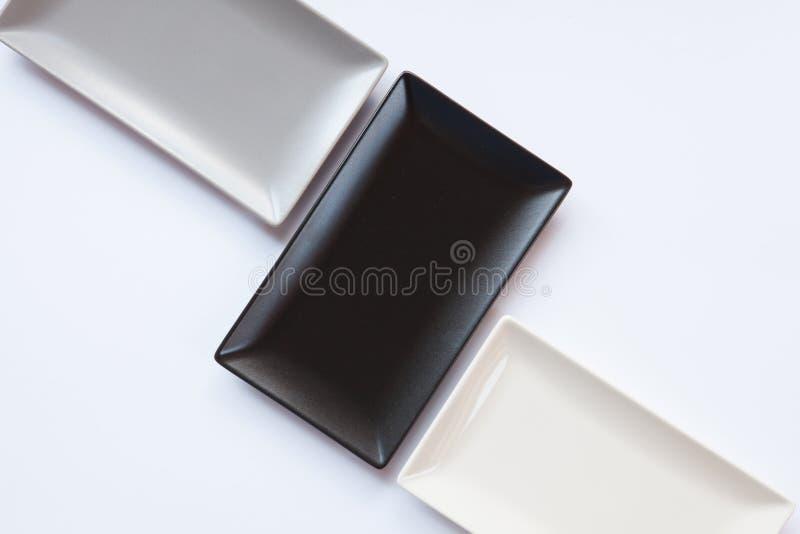 Pratos cerâmicos diferentes sobre sobre o fundo branco imagens de stock
