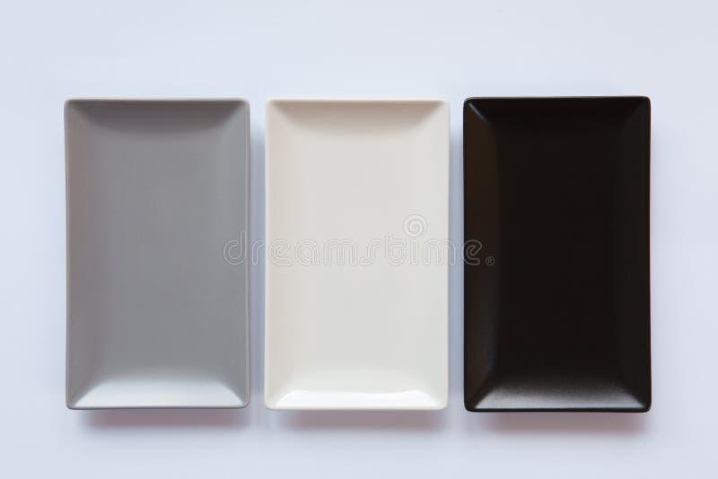 Pratos cerâmicos diferentes sobre sobre o fundo branco, imagens de stock