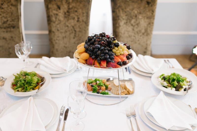 Pratos com fruta fresca numa mesa Banquet fotos de stock