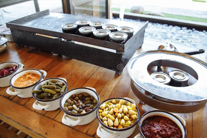 Pratos com os vários saladas e petiscos no restaurante do bufete fotos de stock royalty free