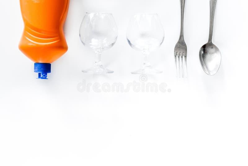 Pratos da lavagem Utensílios de mesa e líquido no copyspace branco da opinião superior do fundo fotografia de stock