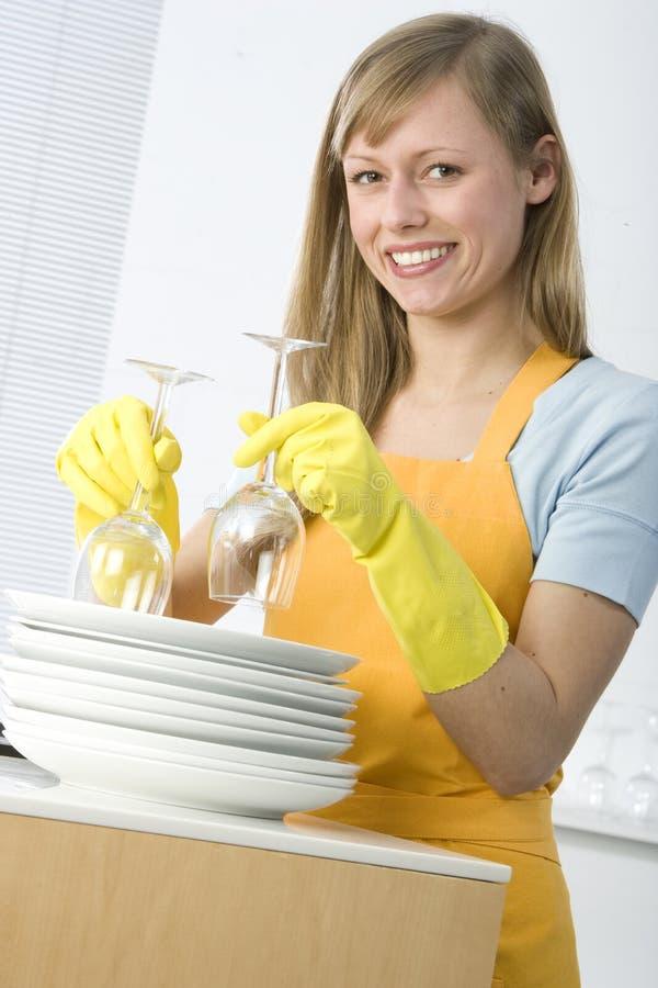 Pratos da limpeza da mulher fotografia de stock royalty free