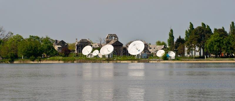 Pratos das comunicações satélites fotografia de stock