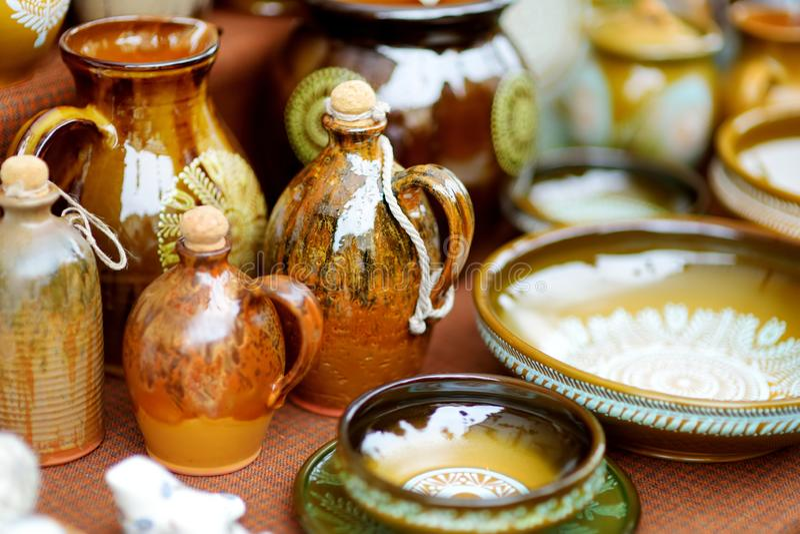 Pratos de cerâmica, artigos de mesa e jarras vendidos no mercado da Páscoa de Vilnius, Lituânia imagens de stock