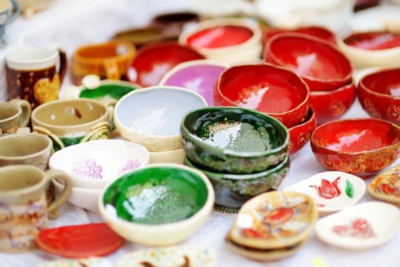 Pratos de cerâmica, artigos de mesa e jarras vendidos no mercado da Páscoa de Vilnius, Lituânia imagem de stock