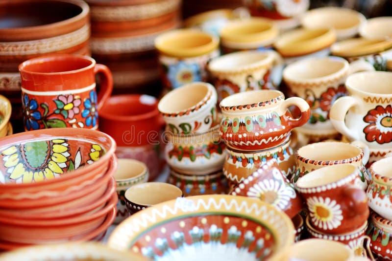 Pratos de cerâmica, artigos de mesa e jarras vendidos no mercado da Páscoa de Vilnius, Lituânia fotografia de stock royalty free