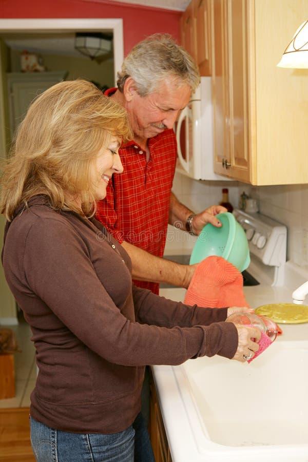 Pratos de lavagem em casa imagens de stock royalty free