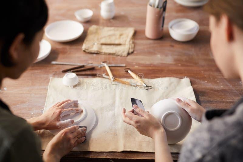 Pratos de lustro da argila com sandpapers imagens de stock