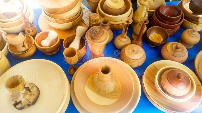Pratos de madeira Pratos tradicionalmente m?o-crafted de partes de madeira nativas de excepcionalmente de alta qualidade exibido  fotos de stock