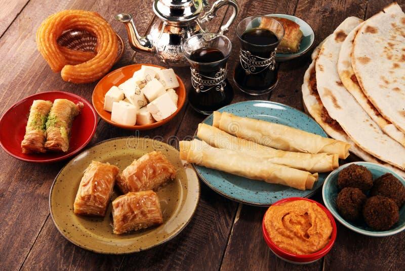 Pratos do Oriente Médio ou árabes e meze sortido, fundo rústico concreto Pão turco ou pizza turca Baklava da sobremesa imagens de stock royalty free