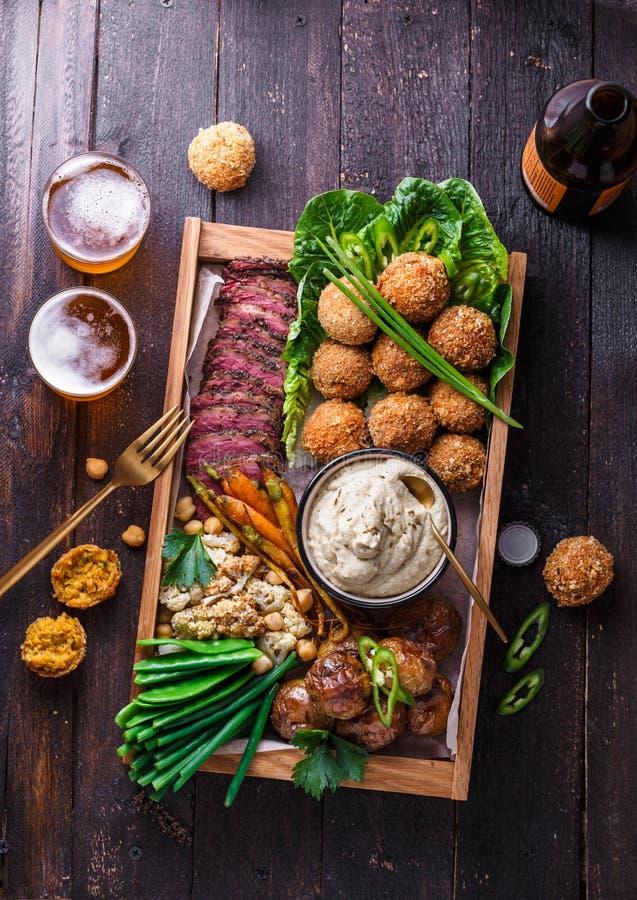Pratos do Oriente Médio sortidos: falafel, carne, batata, couve-flor e babaghanoush imagens de stock