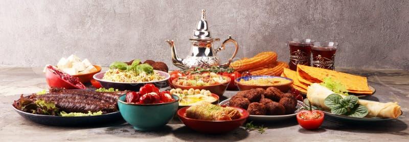 Pratos do Oriente M?dio ou ?rabes e meze sortido, fundo r?stico concreto falafel Baklava turco da sobremesa com pistache imagens de stock royalty free