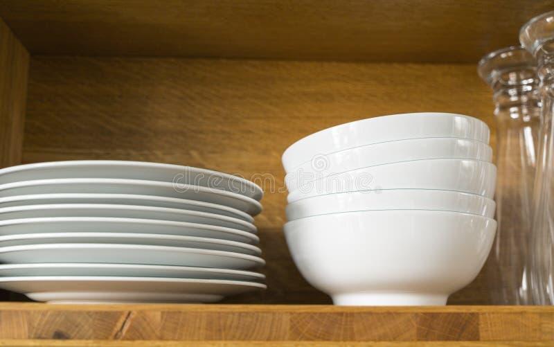 Pratos e vidros brancos imagens de stock royalty free