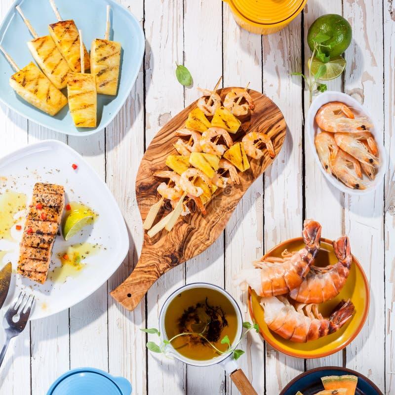 Pratos grelhados do marisco na tabela de madeira branca fotografia de stock