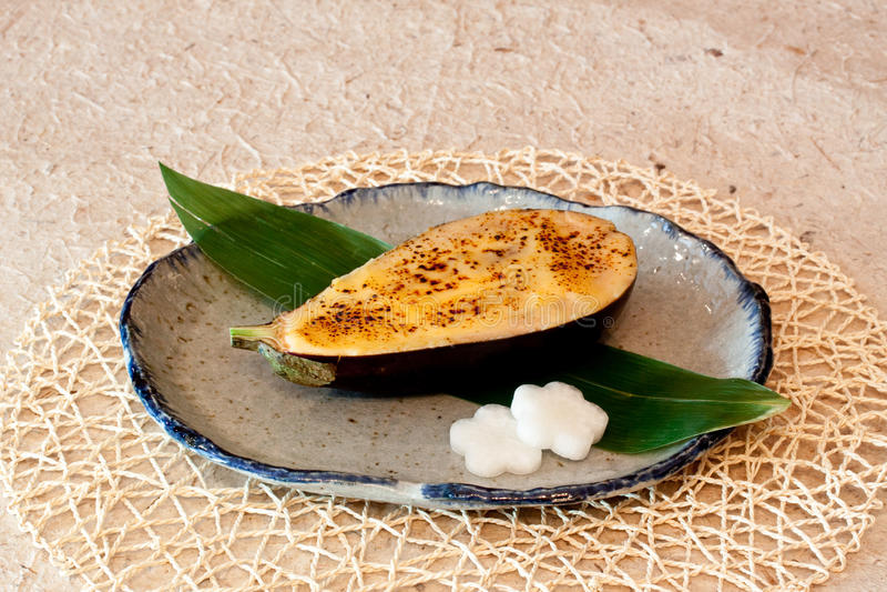 Pratos japoneses - beringela cozida com queijo imagens de stock royalty free