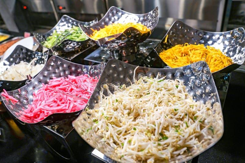 Pratos laterais do alimento tradicional coreano na linha bufete foto de stock