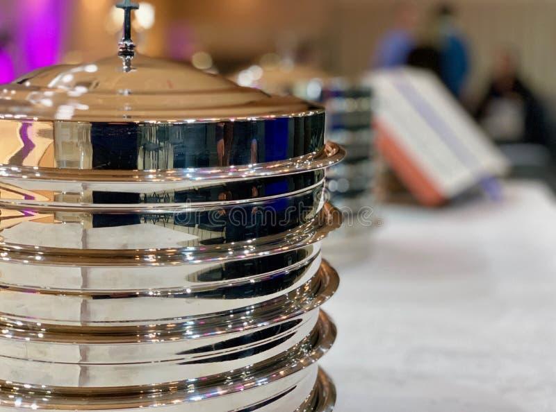 Pratos metálicos preparados para a ceia de Lord's em Baptist Church fotografia de stock royalty free