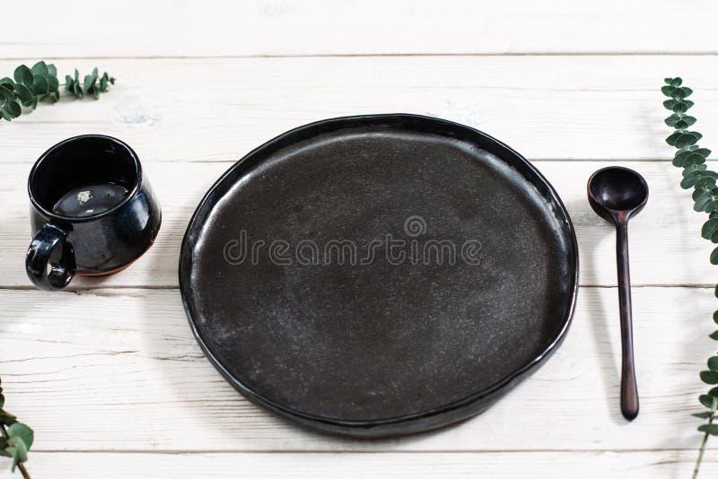 Pratos pretos vazios e colher da vista superior imagem de stock royalty free