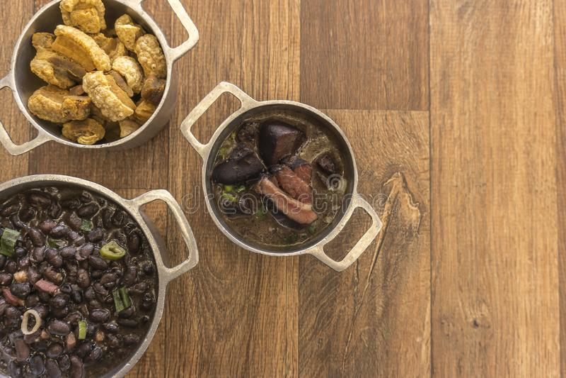 Pratos que são parte do feijoada tradicional, alimento brasileiro típico fotos de stock