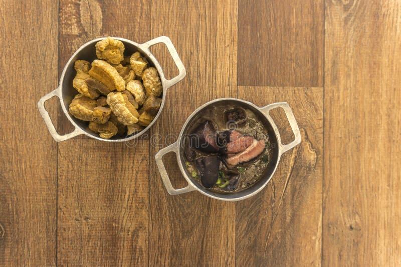 Pratos que são parte do feijoada tradicional, alimento brasileiro típico imagem de stock royalty free