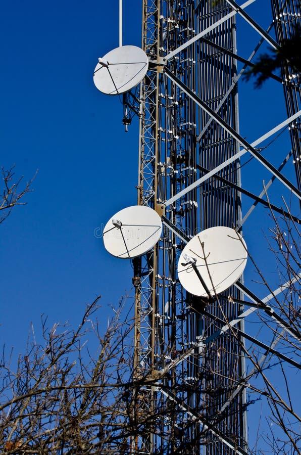 Pratos satélites na torre de comunicações imagens de stock royalty free