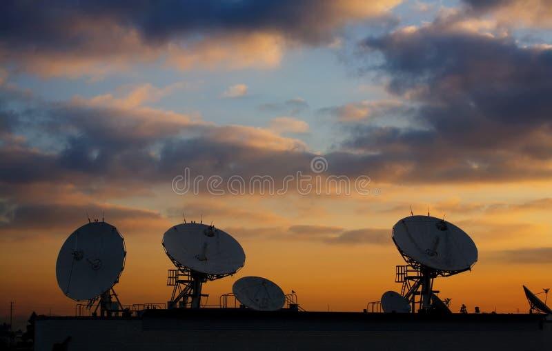 Pratos satélites no telhado 2 imagens de stock