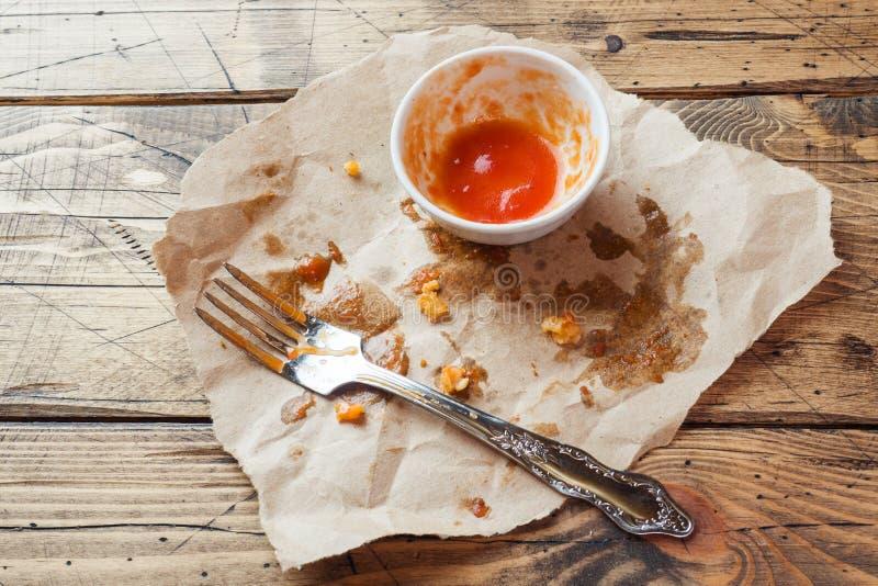 Pratos sujos após refeições no molho do óleo e de tomate Alimento restante após ter comido pepitas e molho de galinha Fundo de ma imagem de stock royalty free