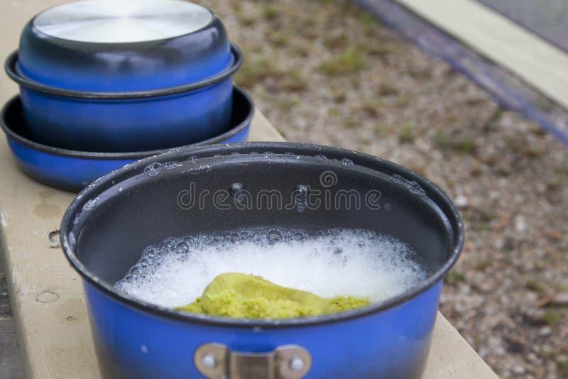 Pratos sujos e água ensaboada foto de stock