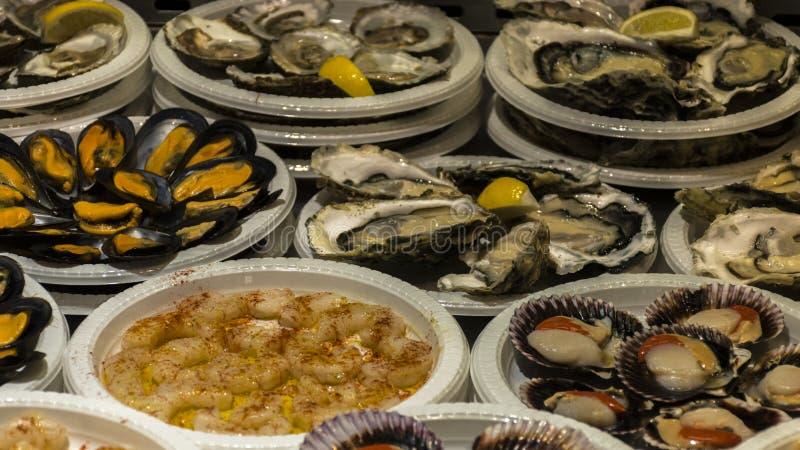 Pratos típicos das ostras e dos mexilhões do alimento espanhol foto de stock royalty free