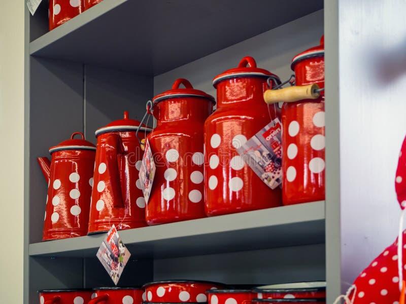 Pratos vermelhos do metal com pontos brancos fotografia de stock