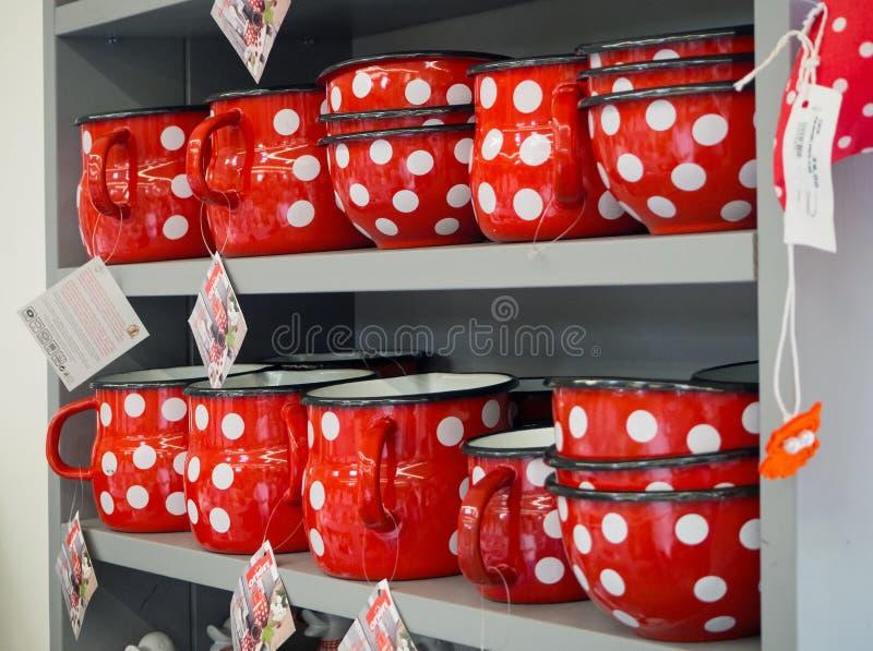 Pratos vermelhos do metal com pontos brancos imagem de stock