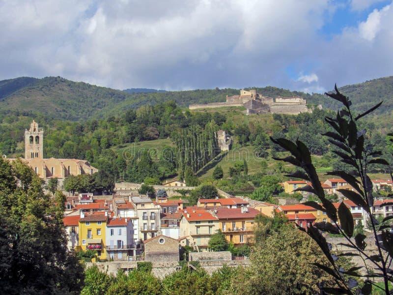 Prats-DE-Mollo met kerk van heilige-Juste-et-Sainte-Ruffine, Fort Lagarde, en bergen, de Pyreneeën Orientales, zuidelijk Frankrij stock afbeelding
