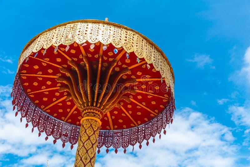 Pratstund eller thailändsk tempel för guld- stil för paraply nordlig arkivfoto