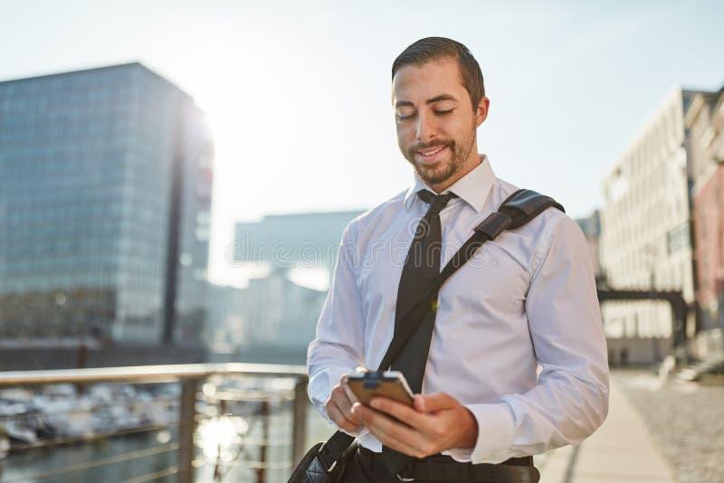 Pratstund för affärsman med smartphonen arkivfoto