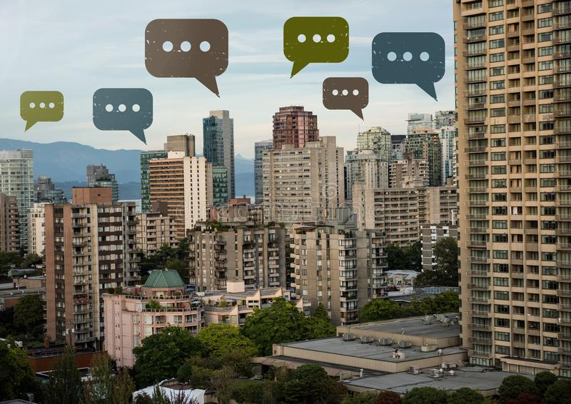 Pratstundbubblasymboler över stad fotografering för bildbyråer