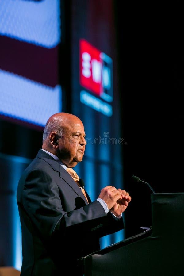 Pravin Gordhan före dettafinansministern av Sydafrika att tala arkivbild