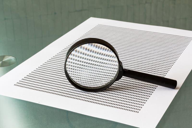 Prawa dochodzenie, powiększa - szkło z dokumentem zdjęcia royalty free