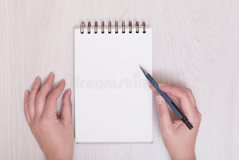 Prawa ręka writing na notatniku z białym tłem Odgórny widok pracy biurko pojedynczy białe tło zdjęcie royalty free