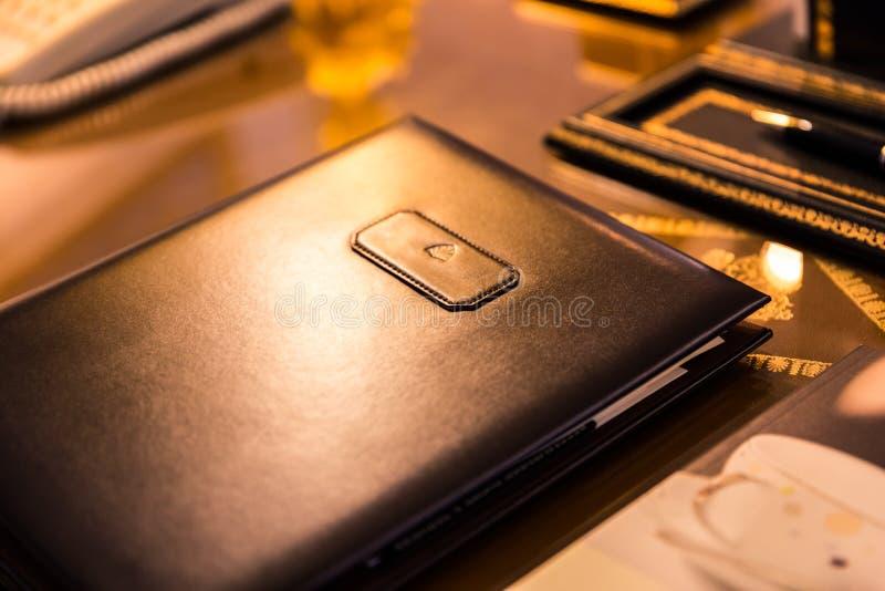 Prawdziwa Brown Rzemienna falcówka na Błyszczącej biurko powierzchni fotografia stock