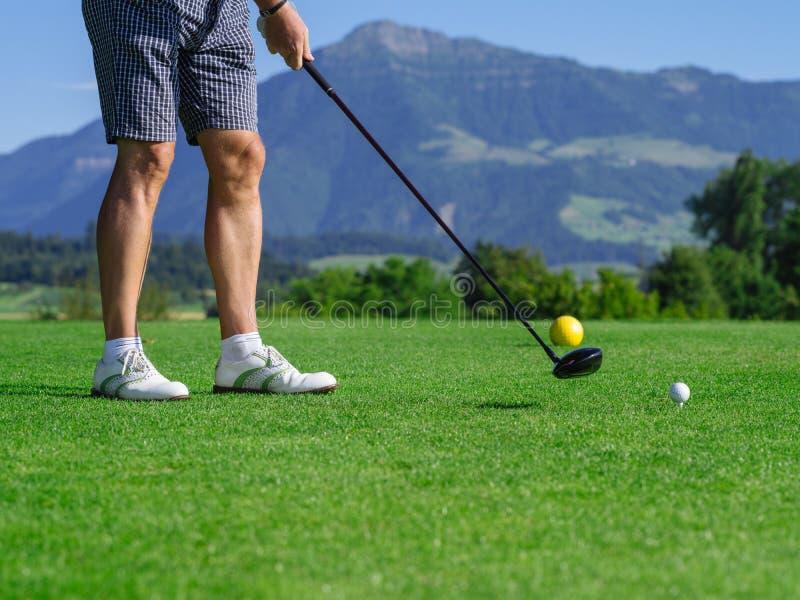 prawdziwy golfiarz z teeing obrazy stock
