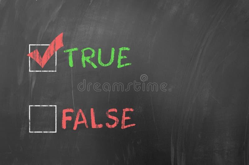 Prawdziwy lub fałszywy na blackboard obraz royalty free