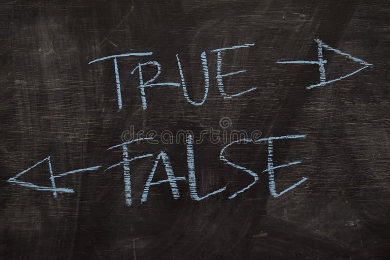 Prawdziwy lub Fałszywy pisać z kolor kredy pojęciem na blackboard obraz stock
