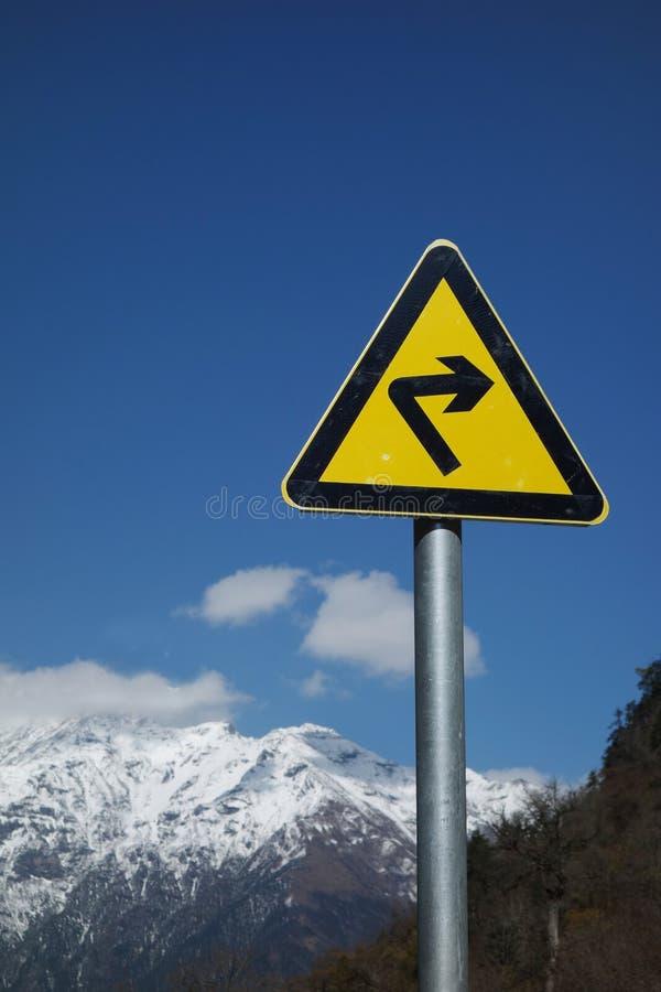 Prawego ostrego zwrota drogowy znak fotografia royalty free