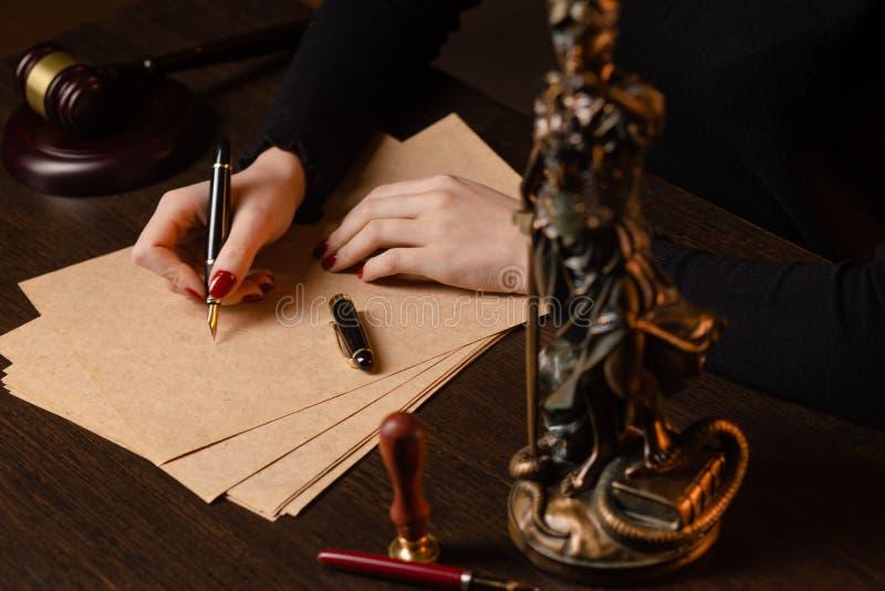 Prawnik pracuje z kontraktów papierami i drewnianym młoteczkiem na tabela w sali sądowej sprawiedliwość i prawo, adwokat, dworski zdjęcie royalty free