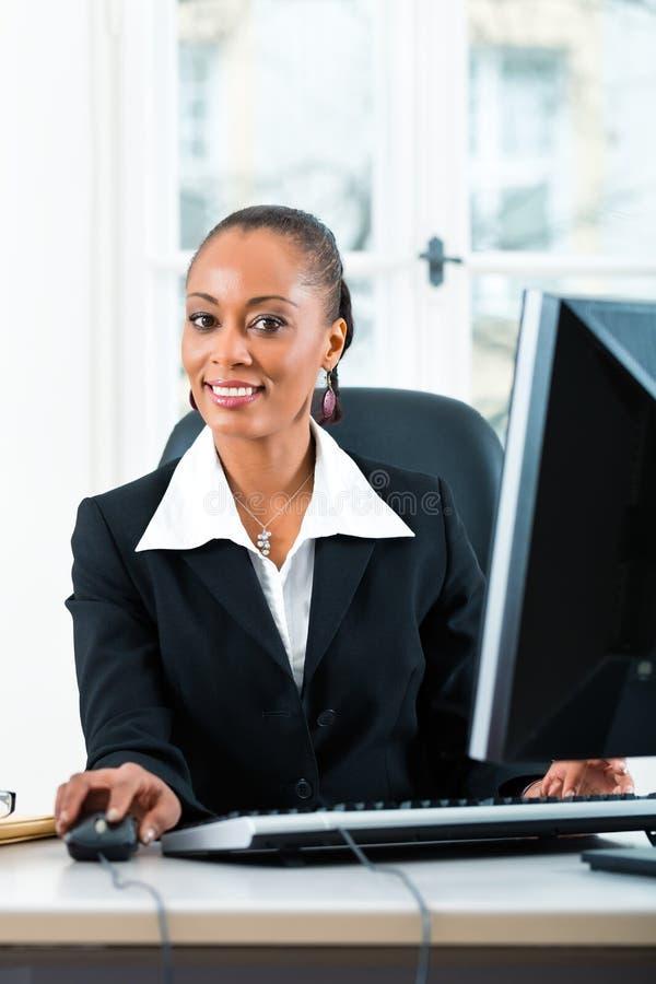 Prawnik w biurowym obsiadaniu na komputerze obrazy stock