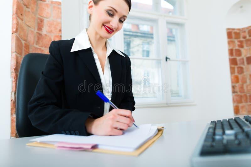 Download Prawnik W Biurowym Obsiadaniu Na Komputerze Obraz Stock - Obraz: 31409333