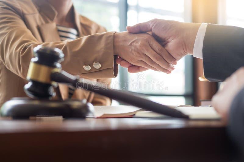 Prawnik w biurze Doradzający radę o legalnym ustawodawstwie w sali sądowej pomagać i dawać klienta, trybunału i sprawiedliwości p obraz royalty free