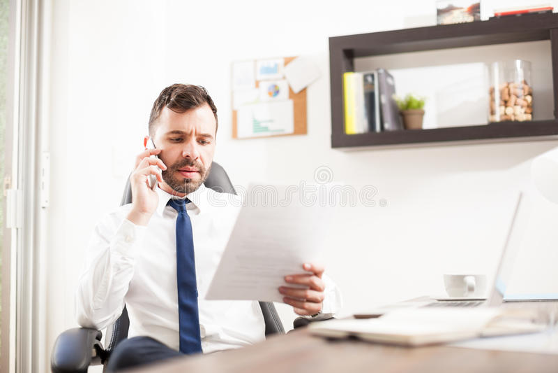 Prawnik z znacząco rozmową telefonicza zdjęcie stock
