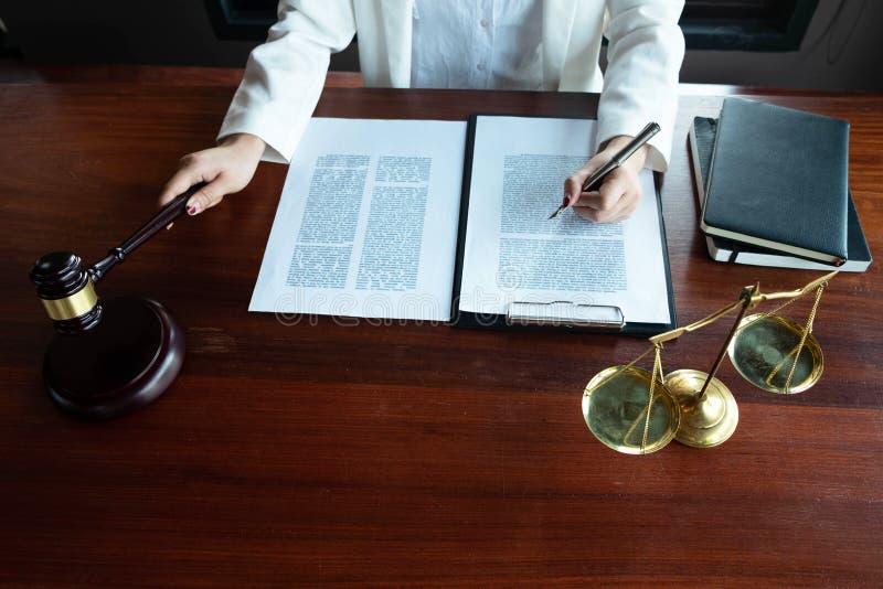 Prawnik zapewnia rad?, rada, legalne propozycje Egzamin dokumenty prawni zdjęcie stock
